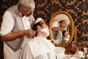 rasage traditionnel chez le barbier