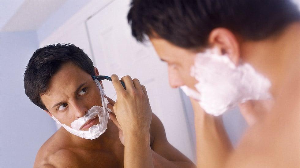 tirer-sur-la-peau-pour-le-rasage